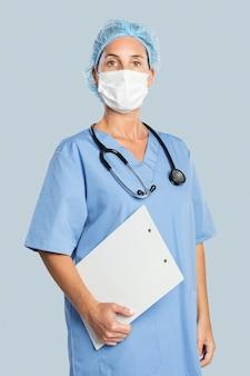Vrouwelijke arts die een klembord houdt