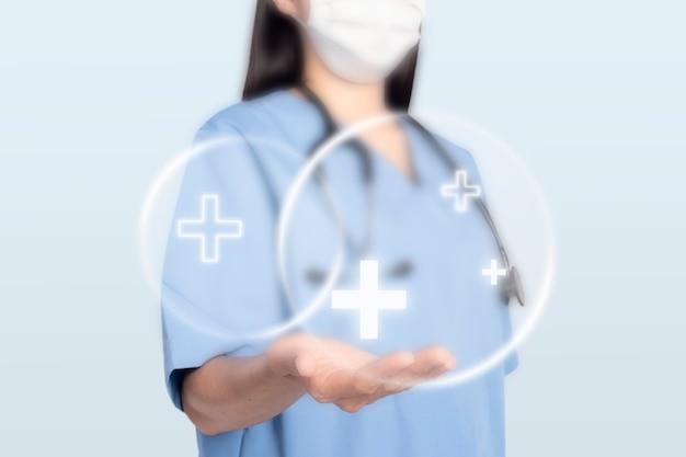 Vrouwelijke arts die een steunhandgebaar toont