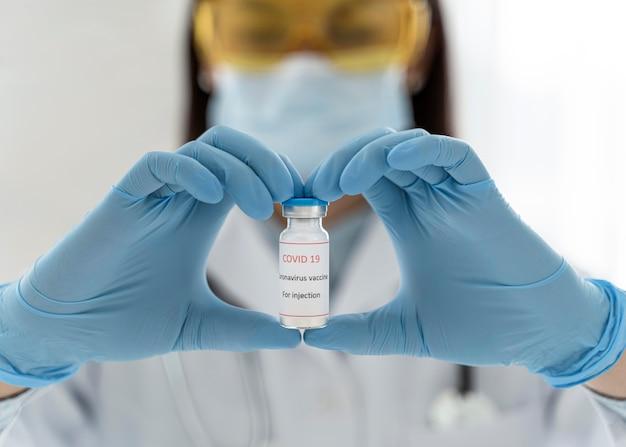 Vrouwelijke arts die een vaccinontvanger houdt