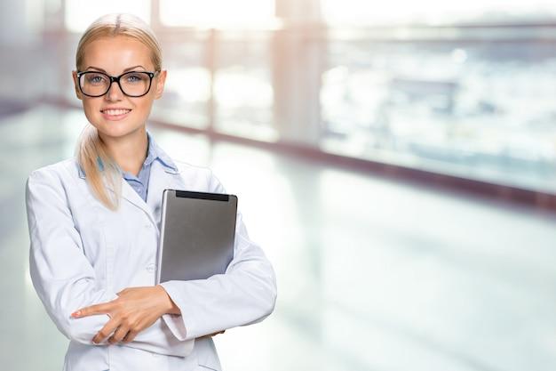 Vrouwelijke arts die haar digitale tablet gebruikt