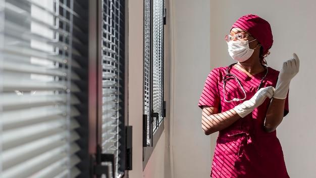 Vrouwelijke arts die haar handschoenen zet