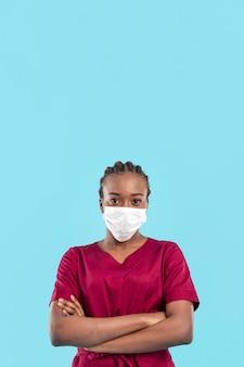 Vrouwelijke arts die haar wapens heeft gekruist