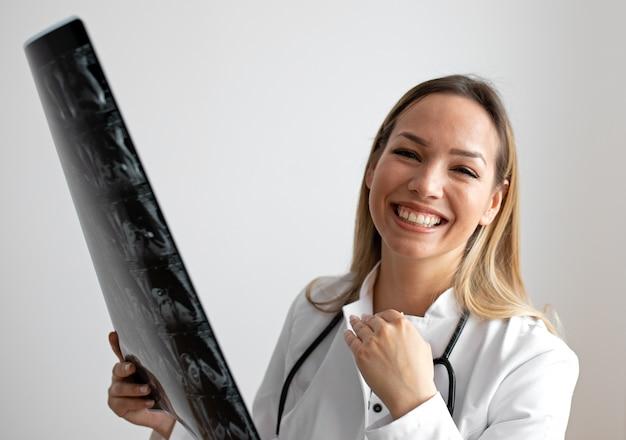 Vrouwelijke arts die het x-ray beeld bekijkt