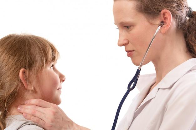 Vrouwelijke arts die kind onderzoekt