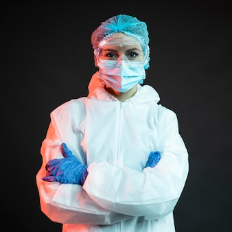 Vrouwelijke arts die medische slijtage draagt