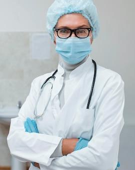 Vrouwelijke arts die veiligheidsuitrusting draagt
