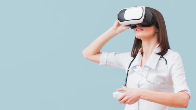 Vrouwelijke arts die virtuele werkelijkheid ervaart