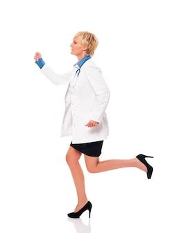 Vrouwelijke arts die voor haar patiënten loopt
