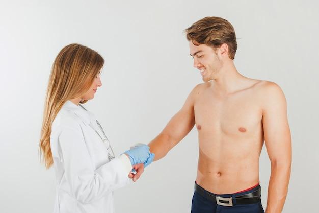 Vrouwelijke arts doet tests op patiënt