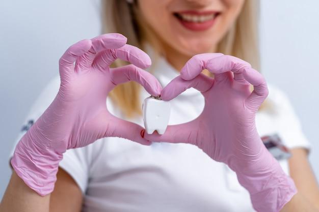 Vrouwelijke arts en patiënt die hartvorm tonen. doctor's hand close-up. medische hulp, profylaxe of verzekeringsconcept. gezondheid, bescherming en preventie.