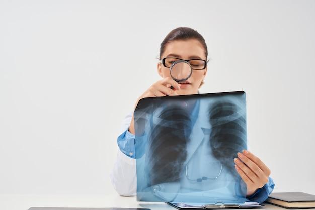 Vrouwelijke arts geneeskunde x-ray gezondheidsonderzoek. hoge kwaliteit foto