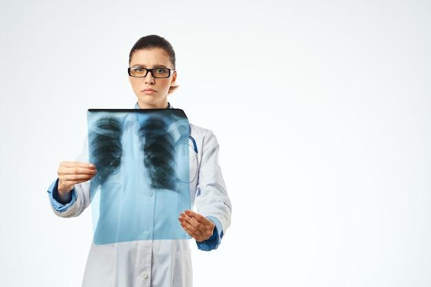 Vrouwelijke arts geneeskunde x-stralen ziekenhuis behandeling werk. hoge kwaliteit foto