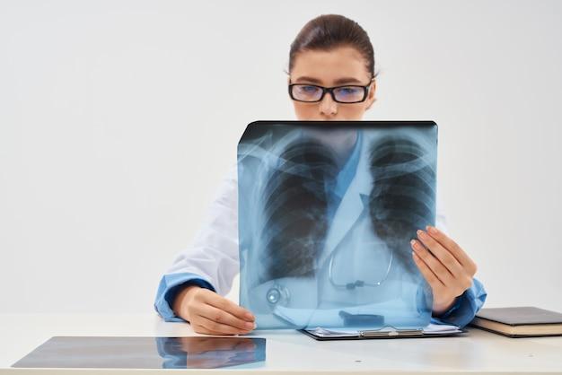Vrouwelijke arts geneeskunde xray diagnostiek naar geneeskunde