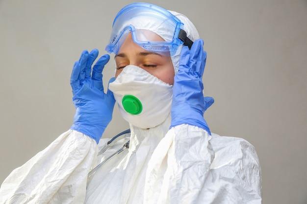 Vrouwelijke arts in een beschermend pak