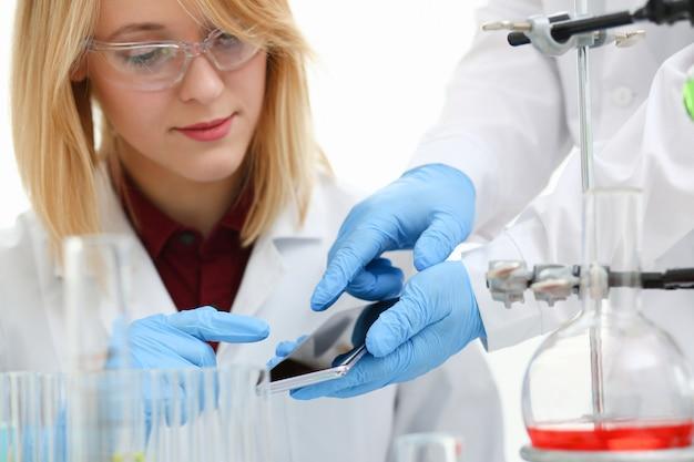 Vrouwelijke arts in een chemisch laboratorium houdt