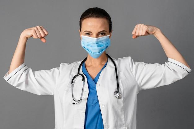 Vrouwelijke arts in het ziekenhuis dat masker draagt