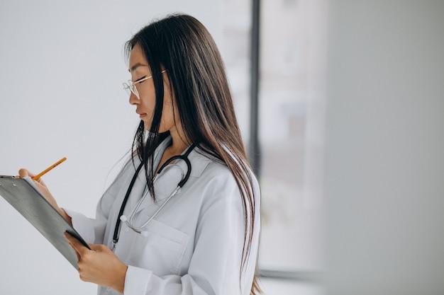Vrouwelijke arts in het ziekenhuis die aantekeningen maakt