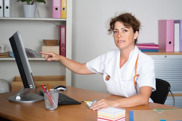 Vrouwelijke arts in het ziekenhuis met behulp van pc