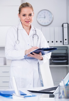 Vrouwelijke arts in medisch kantoor