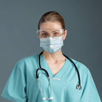 Vrouwelijke arts in speciale apparatuur