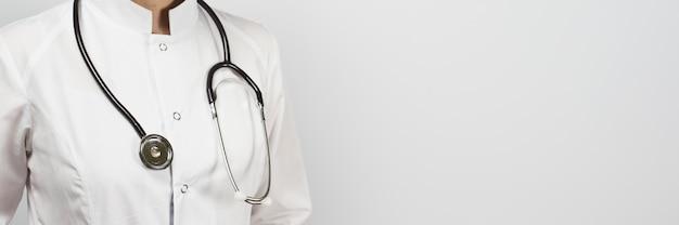 Vrouwelijke arts in uniform met stethoscoop