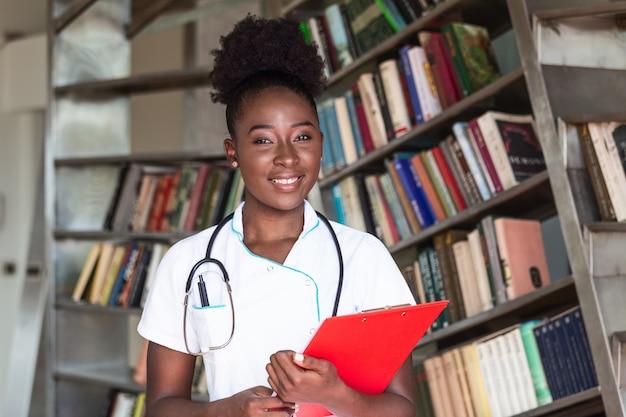 Vrouwelijke arts met een stethoscoop en klembord