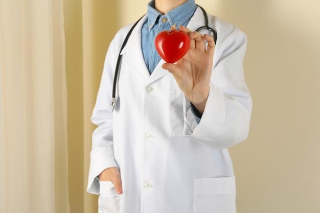 Vrouwelijke arts met een stethoscoop met rood hart