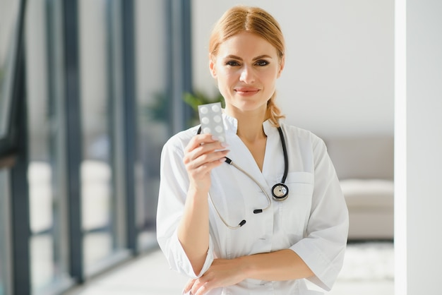 Vrouwelijke arts met een tablet met pillen
