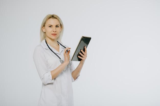 Vrouwelijke arts met het schrijven van tabletpc voorschrift. geneeskunde, gezondheid en ziekenhuis concept.