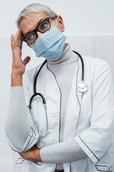 Vrouwelijke arts met hoofdpijn