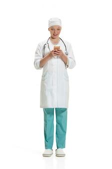 Vrouwelijke arts met smartphone. gezondheid concept