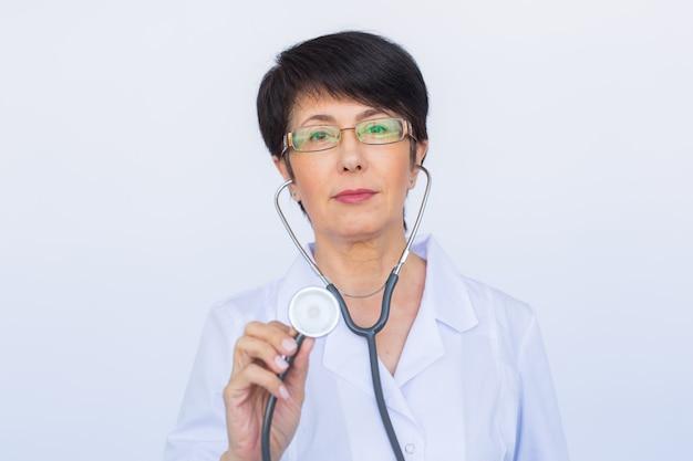 Vrouwelijke arts met stethoscoop, close-up op witte achtergrond