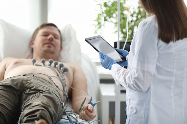Vrouwelijke arts met tablet