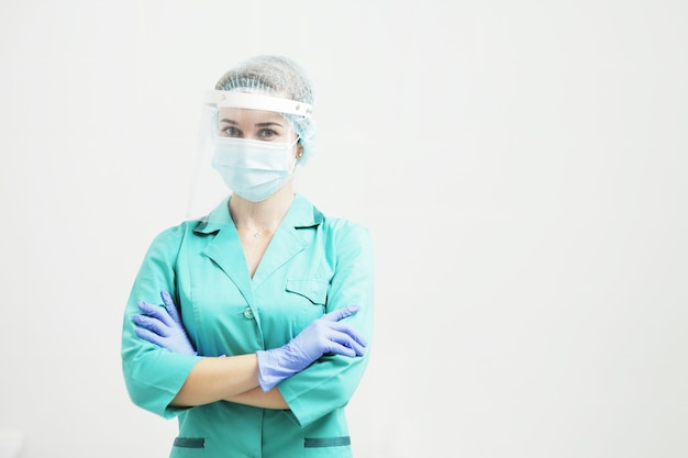 Vrouwelijke arts of verpleegster in een beschermend gezichtsmasker. beschermende handschoenen op handen