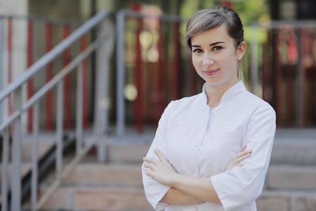 Vrouwelijke arts of verpleegster in medisch uniform