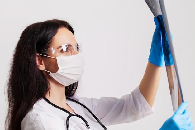 Vrouwelijke arts onderzoekt een mri-beeld van een patiënt