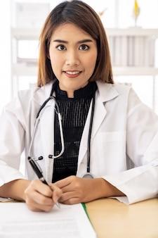 Vrouwelijke arts portret teken document
