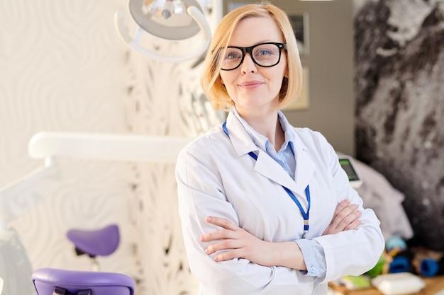 Vrouwelijke arts poseren in moderne kliniek