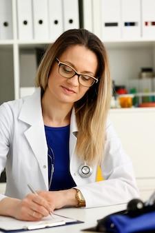 Vrouwelijke arts schrijven