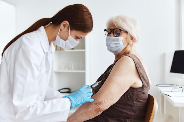 Vrouwelijke arts vaccin paspoort drug injectie