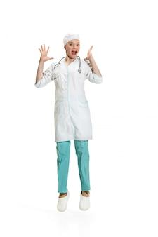 Vrouwelijke arts verrast schreeuwen. gezondheid concept
