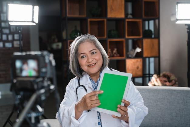 Vrouwelijke arts video opnemen voor zijn blog