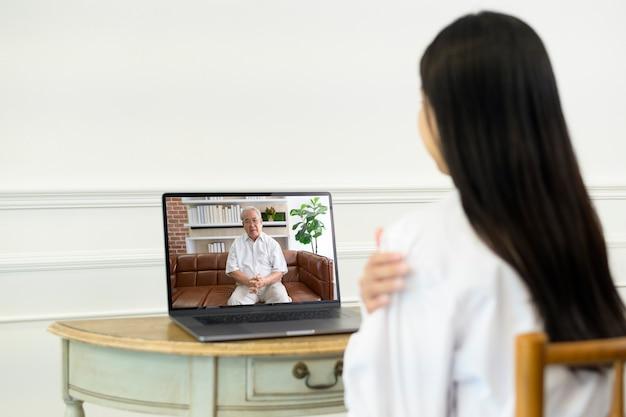 Vrouwelijke arts videogesprek voeren op sociaal netwerk met patiënt overleg over gezondheidsproblemen.