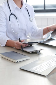 Vrouwelijke arts werken, geneeskunde specialist