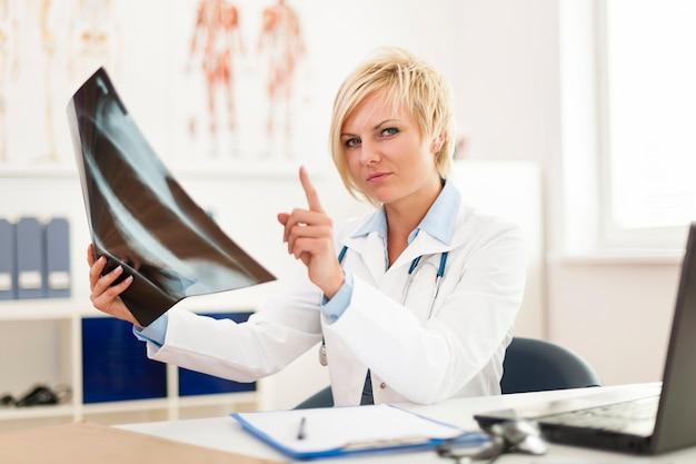 Vrouwelijke arts x ray afbeelding controleren