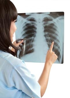 Vrouwelijke arts zorgvuldig röntgenfoto van de patiënt