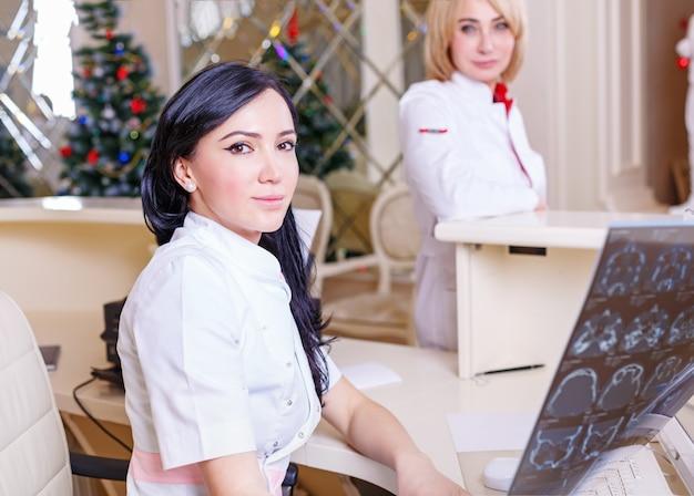 Vrouwelijke artsen kijken naar een tomografie x-ray