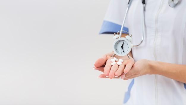 Vrouwelijke artsenhanden die pillen houden