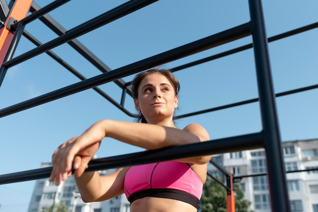 Vrouwelijke atleet die buitenshuis traint