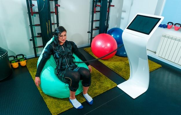 Vrouwelijke atleet die oefeningen in een geschiktheidsstudio doet